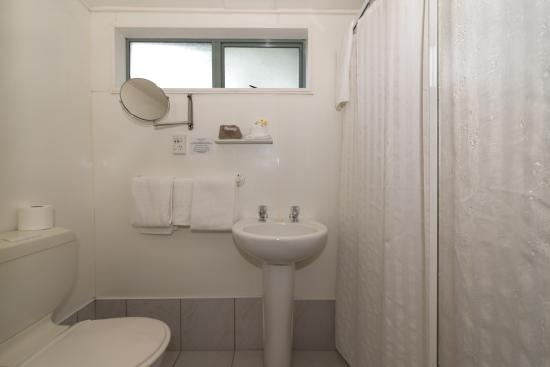 Accolade Lodge Motel: Bathrooms