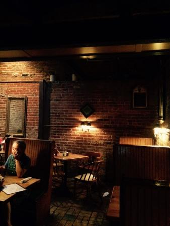 Kelly's Gingernut Pub : Intimate dining space.