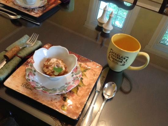 Steeles Tavern Manor Bed and Breakfast: Start breakfast with coffee and baked peach