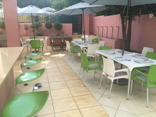 Glenalmond Hotel Sandton: Outside coffee shop