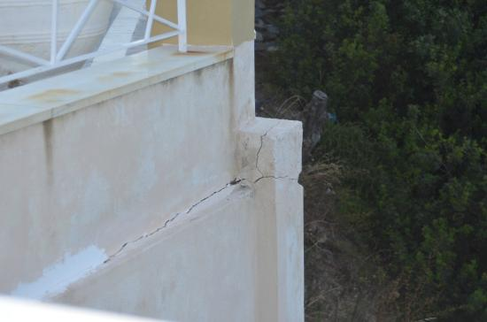 Cape Kanapitsa Hotel & Suites: Overal beton scheuren af en toe gemaskeerd