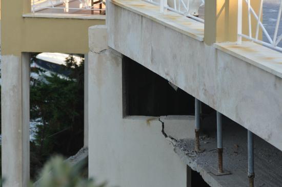 Cape Kanapitsa Hotel & Suites: Extreem onveilige situatie ( Daar steunt een zwembad op )