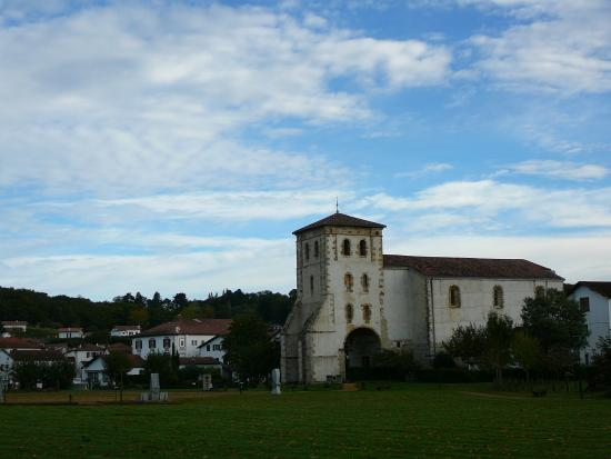 Hotel de la Nivelle : L'église - hotel juste derrière
