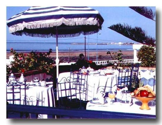 Villa Quieta: Petit déjeuner servi sur la terrasse avec vue sur la baie .