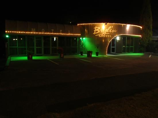 Brylin Motel: Front view at night