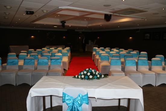 Village Manchester Hyde Hotel: The dark Wedding room
