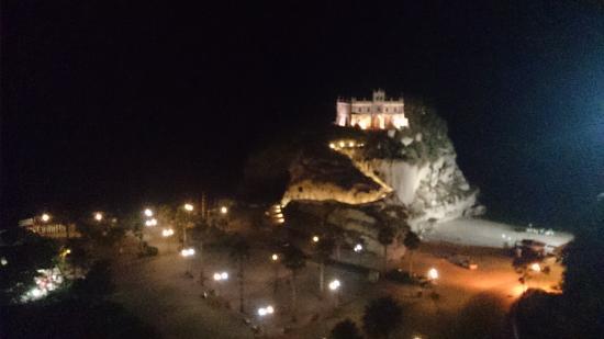 Madonna dello Scoglio vista dal centro di Tropea