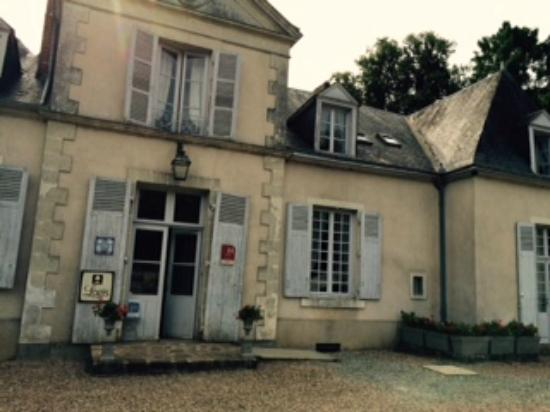 Domaine De Chatenay: lovely frontage...