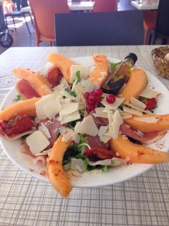Salade parmesanne avec jambon cru melon et parmesan photo de le ranch villard de lans - Melon jambon cru presentation ...