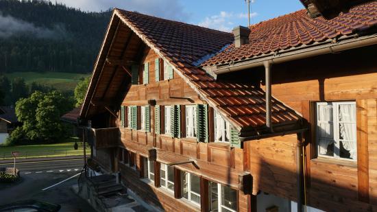 Boltigen, Suiza: Blick vom Balkon aufs Hauptgebäude