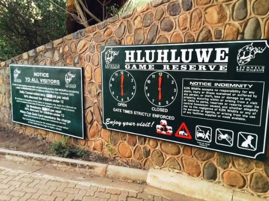 The Fever Tree Guest House: Entrance Gate Hluhluwe NP