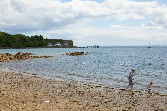 Forth View Hotel: Aberdour Beach looking toward Firth of Forth Hotel
