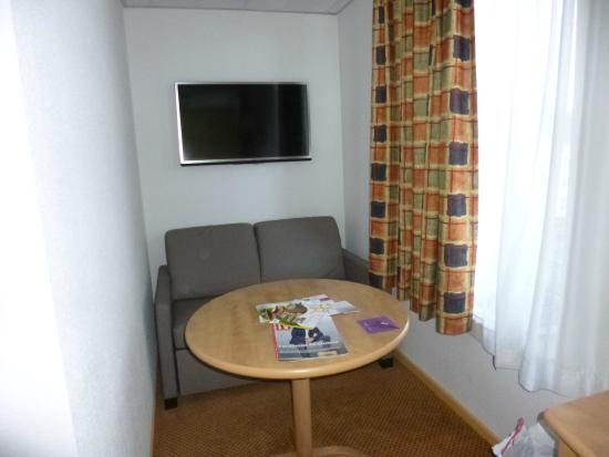 Mercure Epinal Centre : chambre 302 , televiseur  mal placé