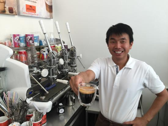 Viverra Coffee : The friendly owner John, making extra strong coffee!