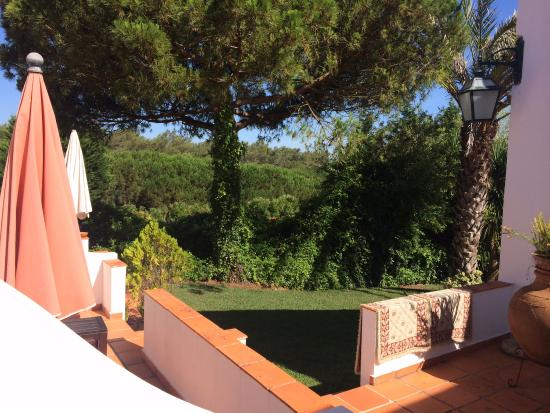 Quinta Verde Sintra: Вид на сад из номера