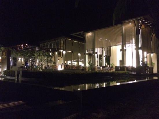 Bhu Nga Thani Resort and Spa: 동쪽에 위치! 시설, 위치, 서비스, 음식은 아주 좋다. 풀장에서 수영하며 마시는 칵테일과 맥주는 쵝오~~^^ 마사지 가격대비 불만족! 오히려 리조트 밖에 있는 마사지샾이
