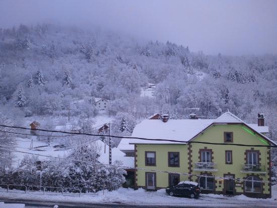 Hotel Restaurant Du Haut du Roc : prise de vue en décembre.