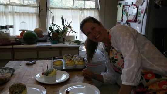 Bayberry Inn: Francesca creating breakfast beauty.
