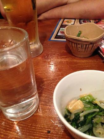 Gotochi Sakaba Hinode Yokochou Fujihachi Shouten: お店のテーブルです。