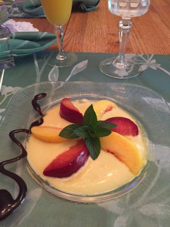 Garden House B&B: Sour cream ice cream and fruit starter plate