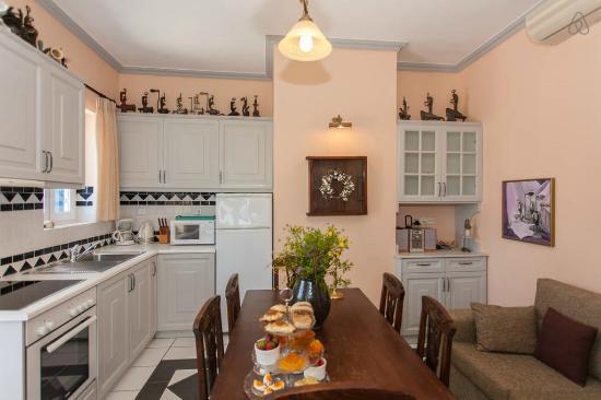 ميتوهي جيورجيلا: Titika's livingroom