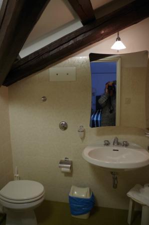 Hotel La Meridiana: Bad mit sichtbaren Holzbalken