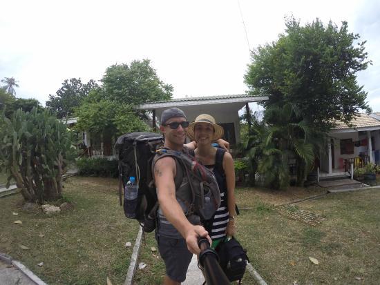 Thai Dee Garden Resort: In front of our cabin