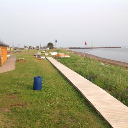 Hostellerie Baie Bleue: Promenade sur le bord de l'eau