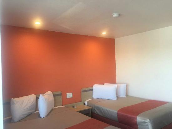 Lost Hills, CA: Rooms have been remodeled very nice and clean