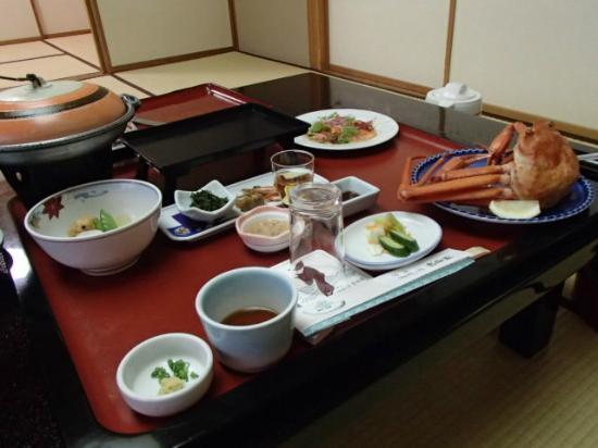 Yoshidaya: 夕食、こちらではカニの禁漁期間が何回かあり、夏でもカニが食べられるそうです