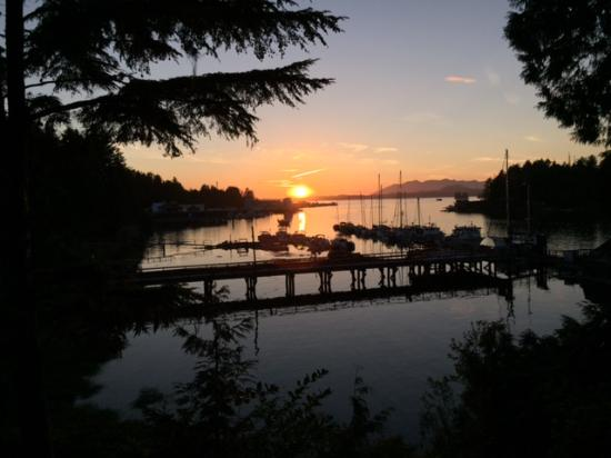 Tofino Inlet Cottages: Spectacular sunset from upper deck