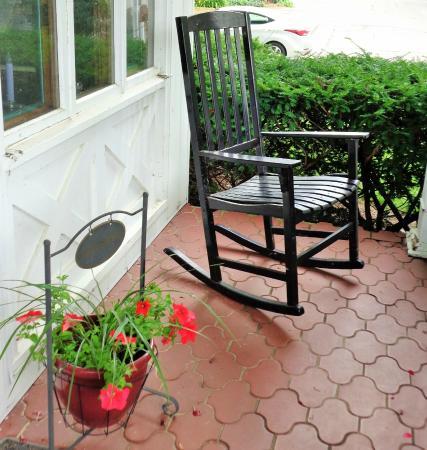 Patchwork Quilt Inn: Porch