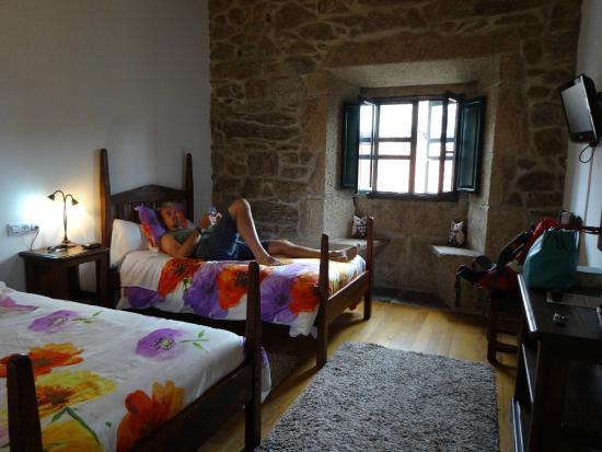 Casa Grande de Cristosende: オリジナルの石壁がお気に入り♪ 窓の壁には腰かけられるようになっています。(フクロウの人形のところ)