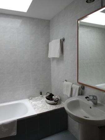 Casa Grande de Cristosende: 清潔感のあるバスルーム・高い場所に天窓有で明るい♪最新式のドライヤー完備