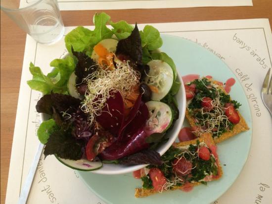 Plat du jour salade de l gumes et pizzetas photo de for Avis eco cuisine