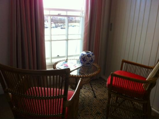 St Mawes, UK: Nice seating with harbor view