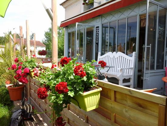 Belle terrasse fleurie photo de auberge de l 39 ecluse for Belle terrasse en bois