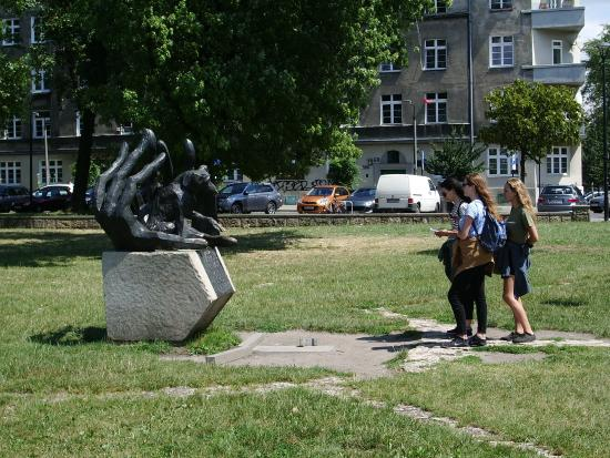 Dzok Monument: Девочки и Джок