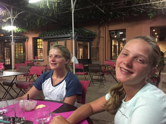 Vanavond met hele familie gegeten in restaurant van Hotel Les Glycines. Klasse hoofdgerechten. P