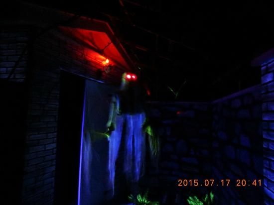 House of Frankenstein Wax Museum: fantasma com olhar de fogo