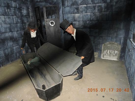 House of Frankenstein Wax Museum: cuidado - a porta está aberta