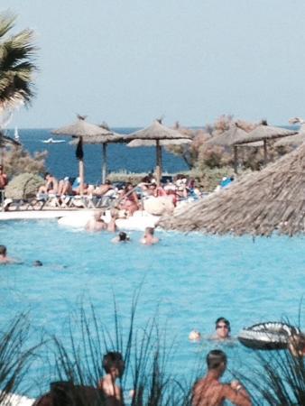 Piscine anim e avec mer en arri re plan picture of for Appart hotel barcelone avec piscine