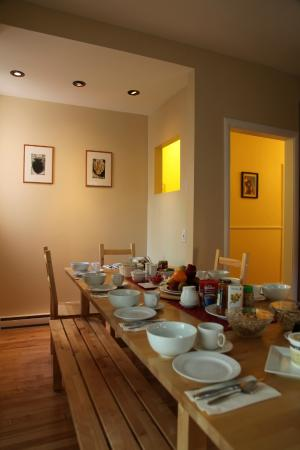 Acacias Bed & Breakfast : Breakfast table and cosy wooden benches