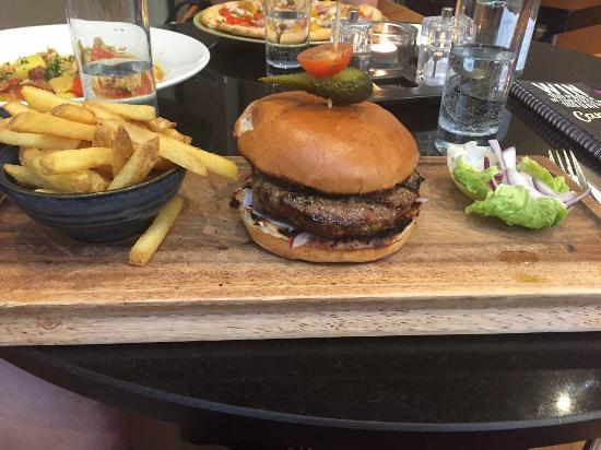 Sofitel London Gatwick: Urban Cafe - great burger - juicy!