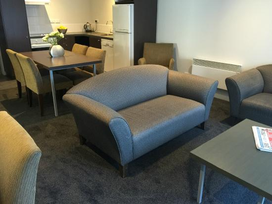 Airport Delta Motel: 2 bedroom apartment lounge/kitchen