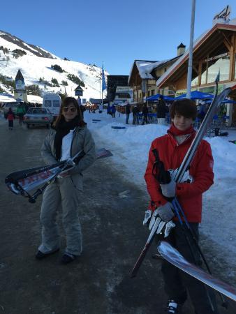 La Base Escuela de Ski & Snowboard : saindo da Escola da Base após alugar os equipamentos