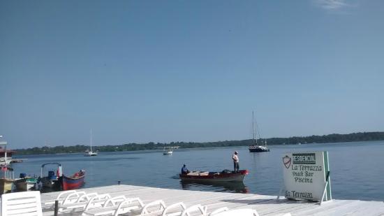 Hotel la Terraza: Movimento de barcos em frente ao deck.