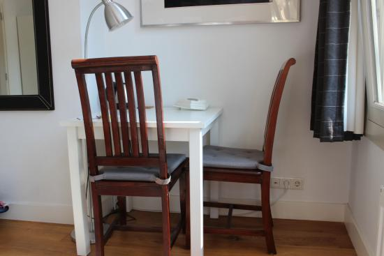 Velvet Amsterdam Bed and Breakfast: Small dining table