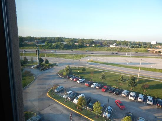 Embassy Suites by Hilton St. Louis St. Charles: Access  road from freeway