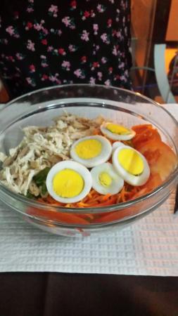 Bijou Restaurante: Francesinha marisco para mim suficientemente bom e  salada de frango para namorada com vinagre e